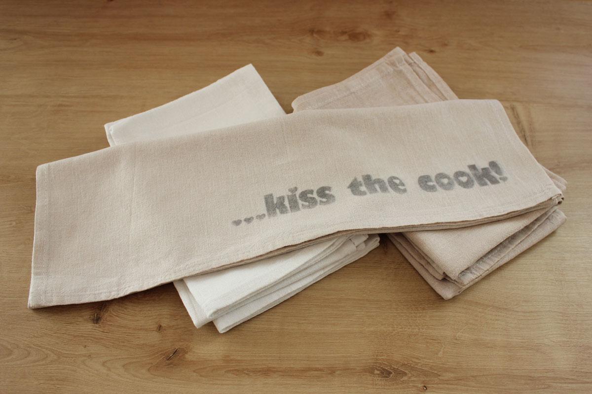 """Geschirrtuch mit Tee gefärbt und Lavendeldruck """"... kiss the cook!"""""""