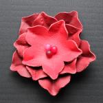 Blumen-Brosche aus Lederresten und Perlen