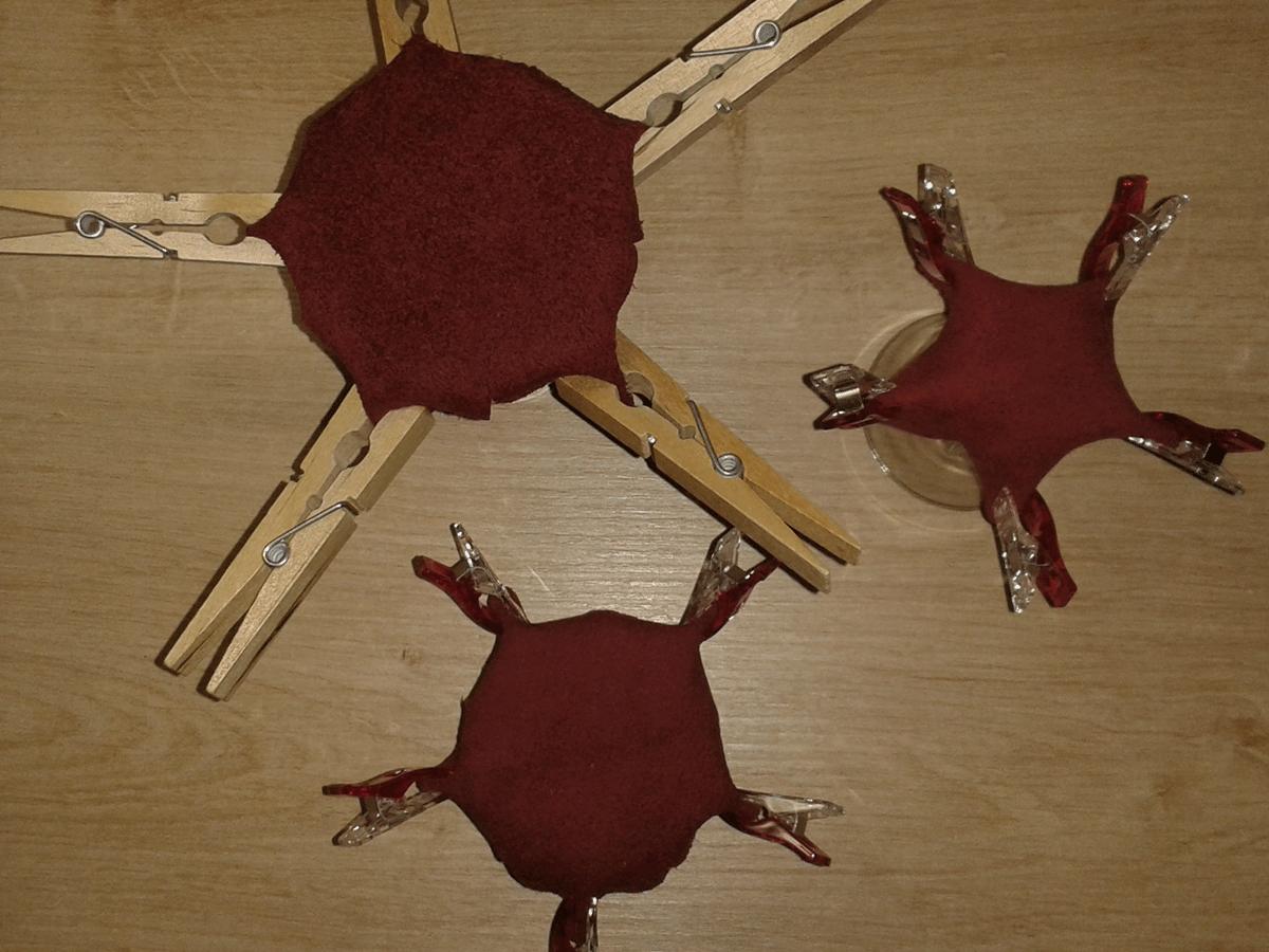 Die Lederreste zum Trocknen über Gläser stülpen und mit Wäscheklammer in Form bringen.