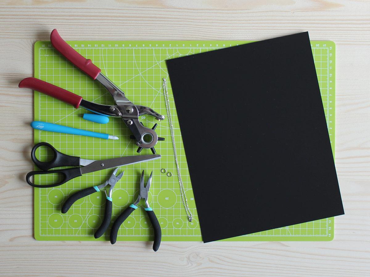 Material & Werkzeug für Schmuck aus Schrumpffolie: Lochzange, Cutter, Schere, Zange, Ösen, Kette, Schrumpffolie