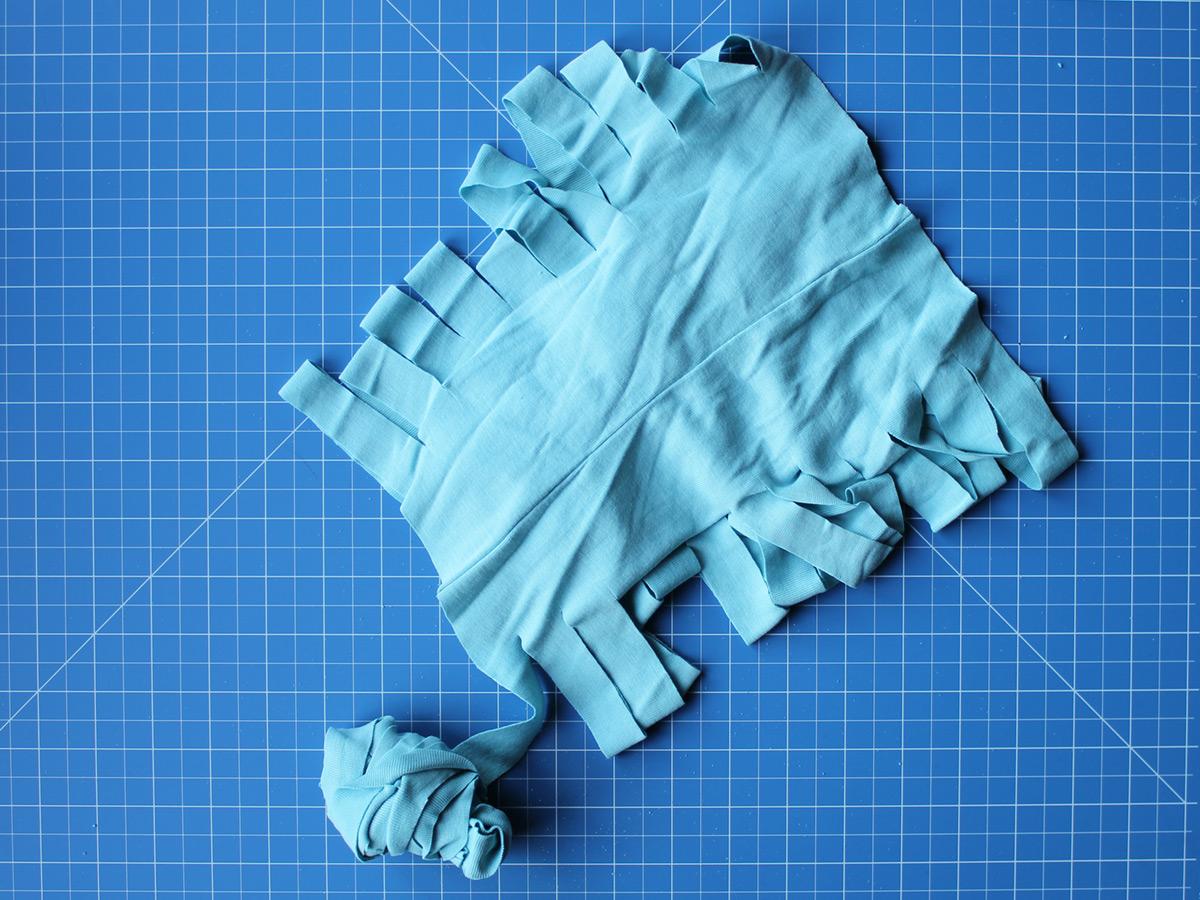Schritt 2: jeweils schräg die Einschnitte verbinden, so dass eine langes T-Shirt-Garn entsteht.