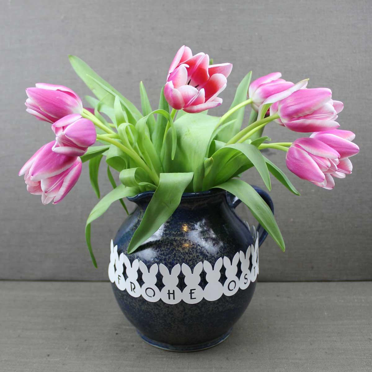 Mit einer Osterhasen-Girlande wird jede Blumenvase zum Mittelpunkt der Ostertafel.