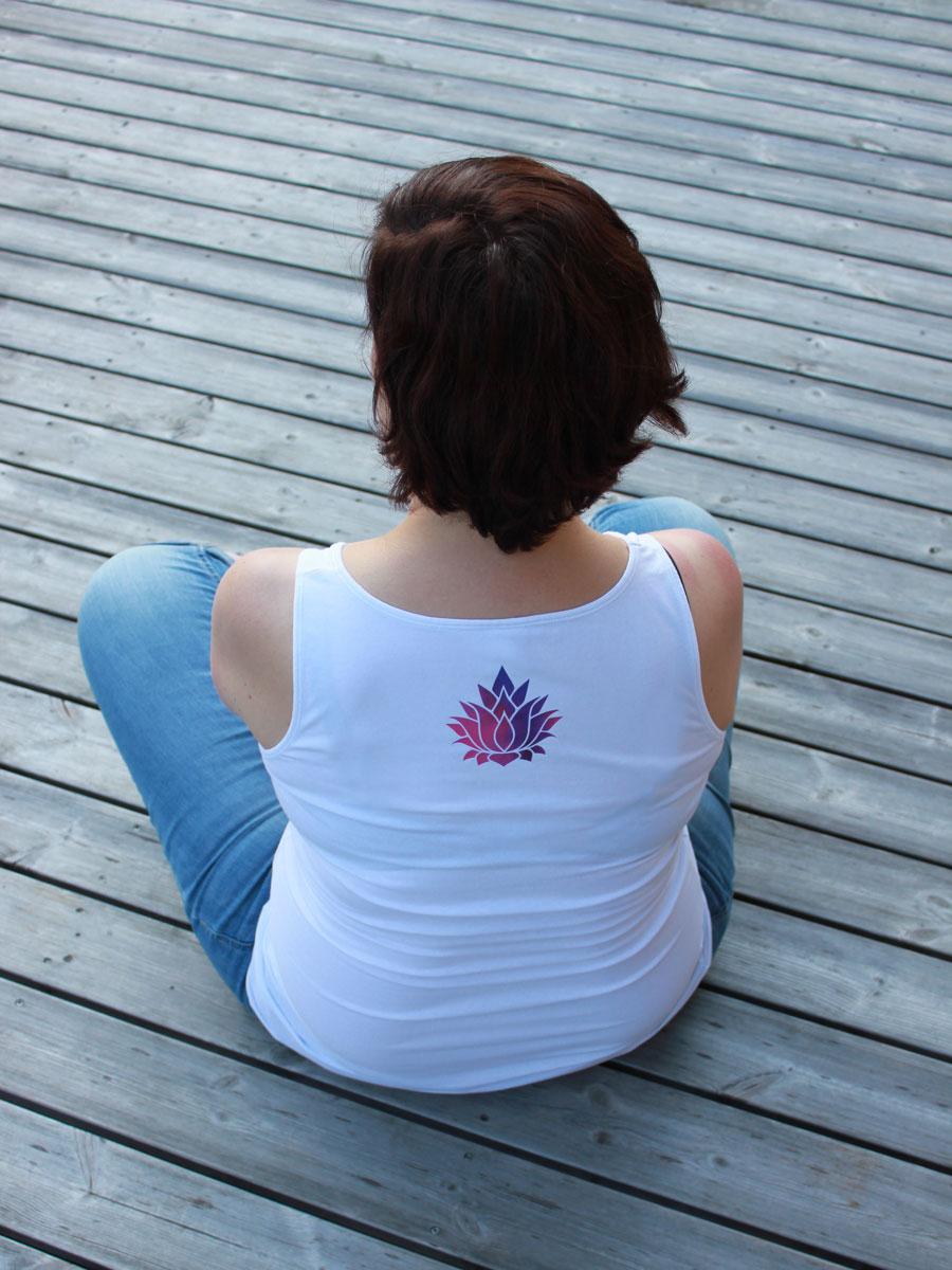 Ich habe die Lotusblüte in der Größe 9 x 9 cm aus Aquarell-Folie geplottet und auf den Rücken ein schlichtes weißes Tshirt aufgebügelt.