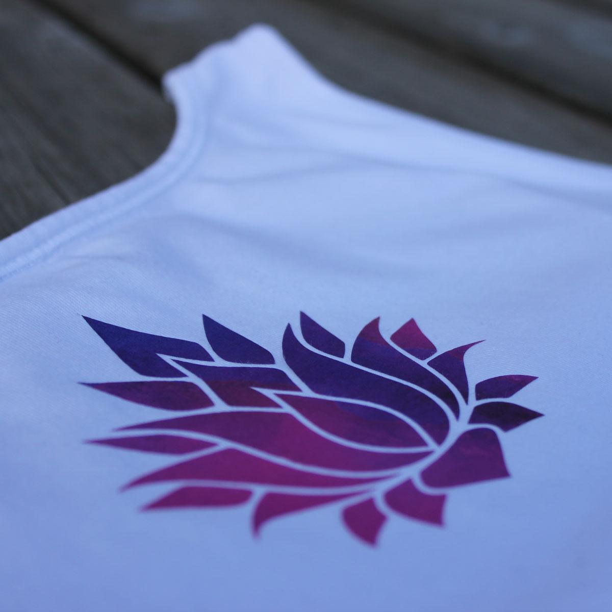 Der Farbverlauf der Aquarellfolie passt super zu der Lotusblüte.