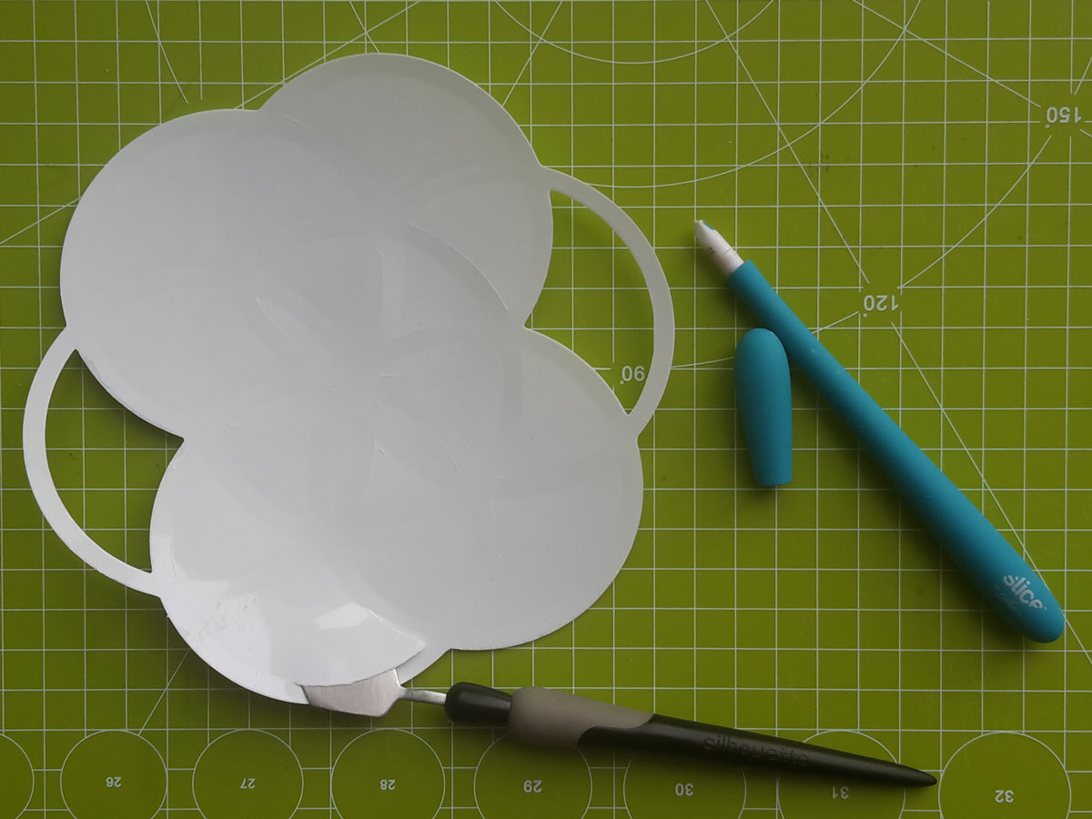 Mein Tipp zum Entgittern von Schrumpffolie: von der Schneidematte lösen, umdrehen und mit einem Spatel die Abfall-Stücke entnehmen. So wird die Schneidekante exakt - und die ausgefransten Teile bleiben am Abfallstück.