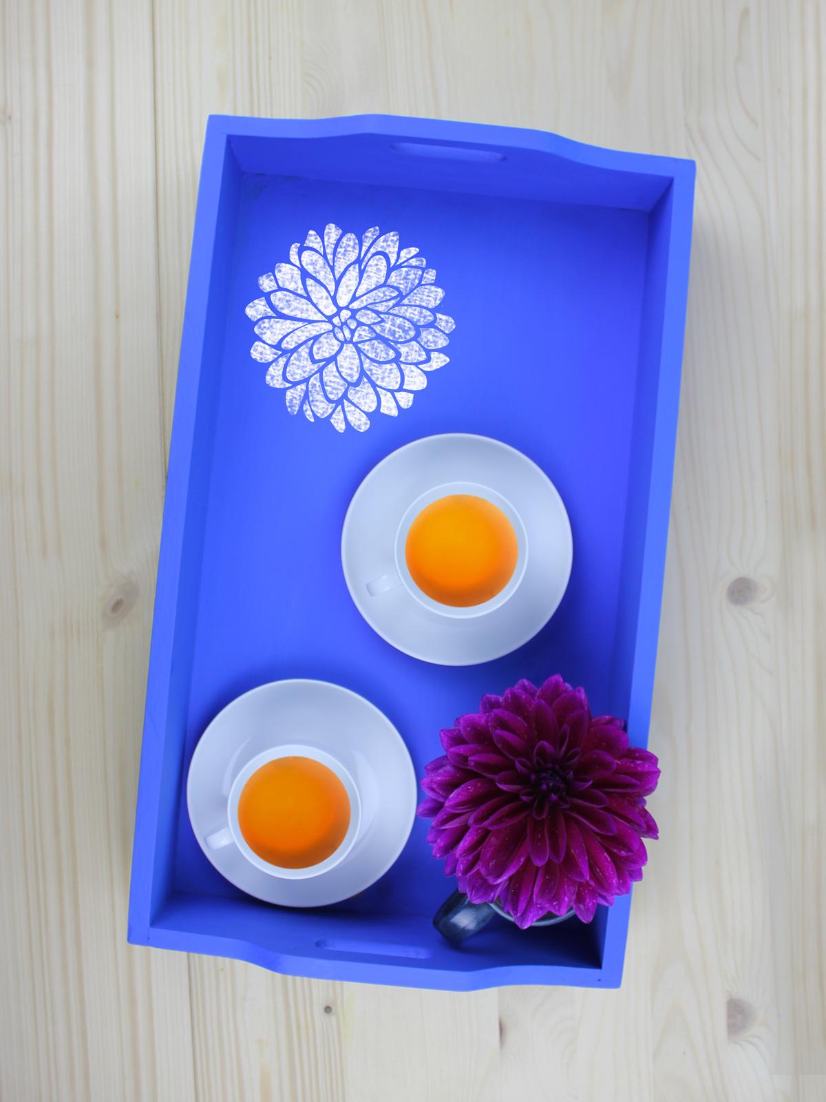 Upcycling Tablett mit Schultafellack + Dahlie mit Kreidemarker + Frühstückstee
