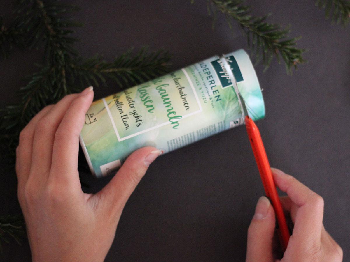 Basteltipps für Windlicht: Verpackung mit dem Cutter kürzen