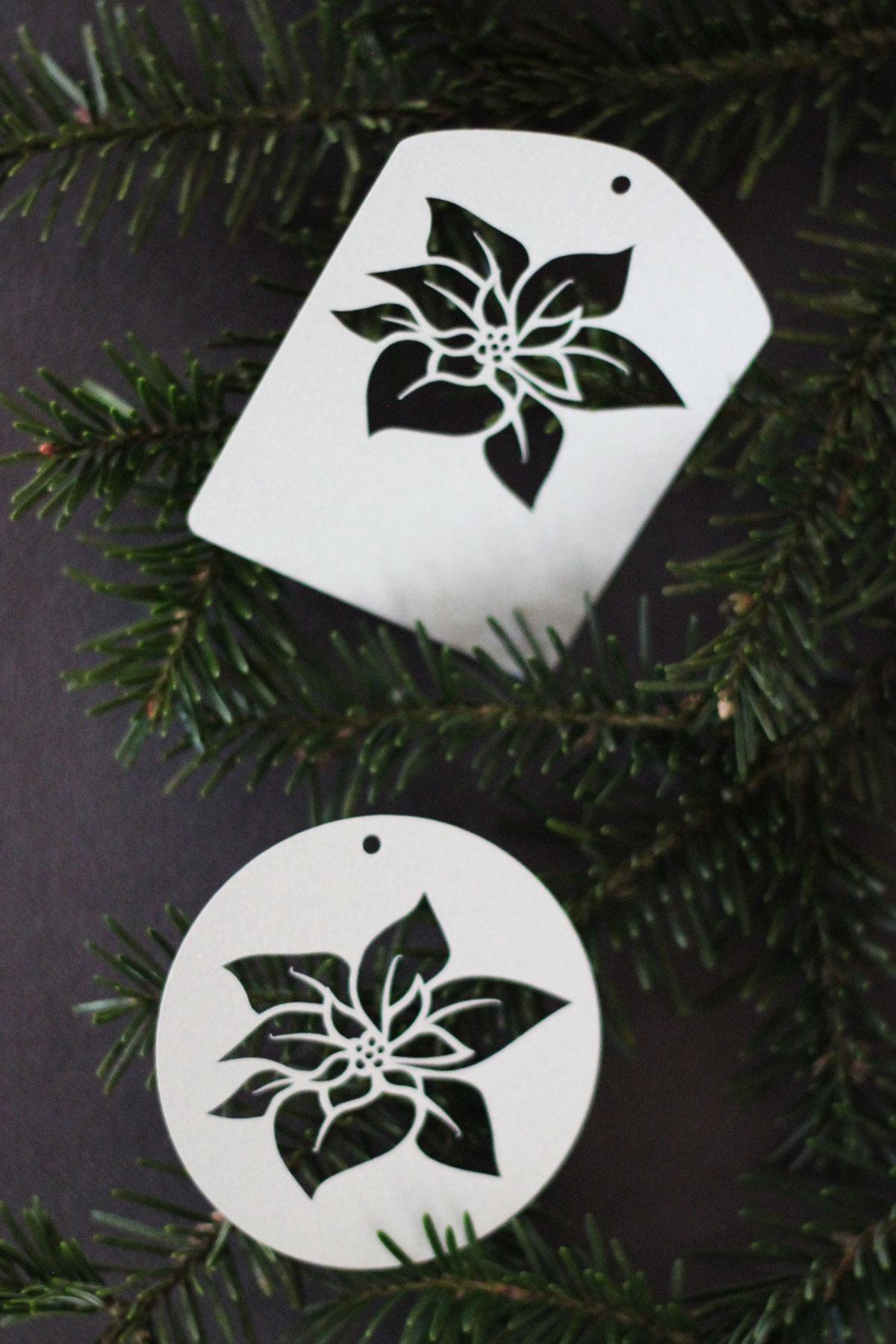 Plotterfreebie für Geschenkanhänger mit Weihnachtsstern-Blüten