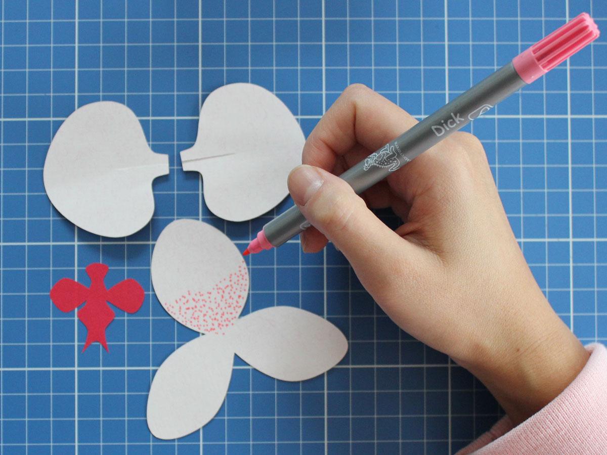 Die Blütenblätter der Orchidee mit kleinen Punkten bemalen.