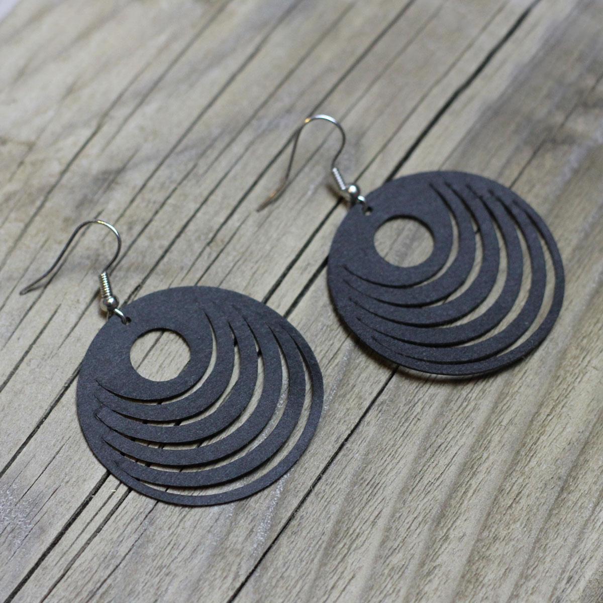 Ein Stück SnapPap, 2 Ohrring-Rohlinge, 5 Minunten Zeit und Zangen zum Zusammenbauen - fertig sind die selbstgeplotteten Ohrringe!