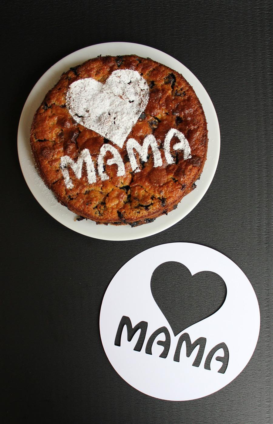Selbstgemachte Kuchen-Deko-Schablone für den perfekten Muttertagskuchen. Für die Schneideplotter-Besitzer unter Euch stehen die Vorlagen auch als Studio3, DXF und SVG Dateien zum Download zur Verfügung.
