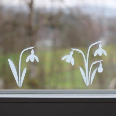 Plotterfreebie: Schneeglöckchen aus Adhäsionsfolie als Fensterbild