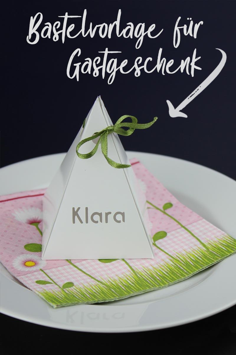 Die Pyramiden-Geschenkverpackung lässt sich mit einer Stencil-Schrift in ein individuelles Gastgeschenk verwandeln.