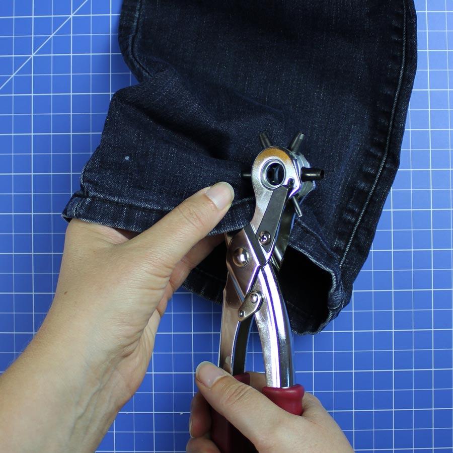 Jeans Upcycling: Spielzeugbeutel nähen - Schritt 2: Löcher für Ösen stanzen