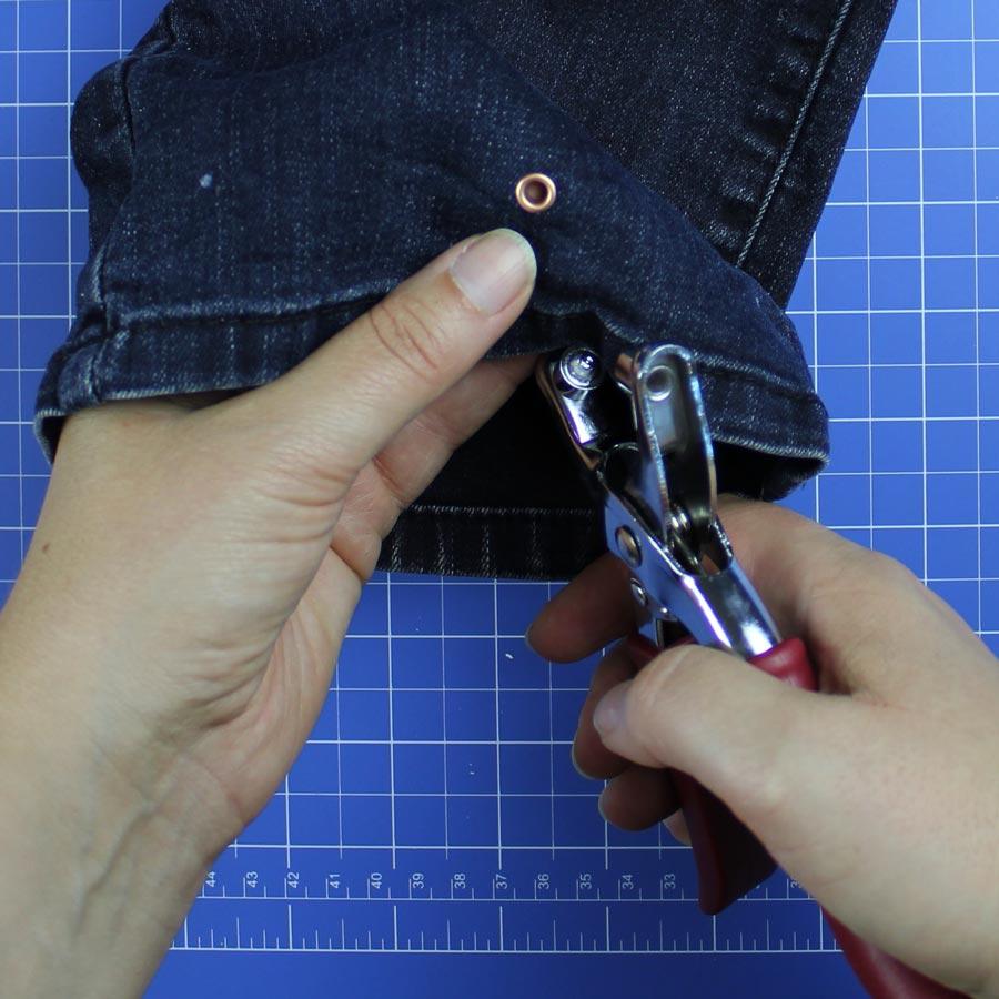 Jeans Upcycling: Spielzeugbeutel nähen - Schritt 3: Ösen einsetzen