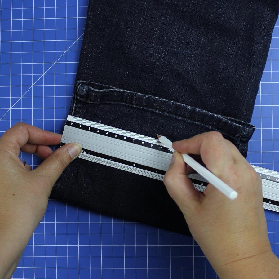 Jeans Upcycling: Spielzeugbeutel nähen - Schritt 1: Positionen für Ösen markieren