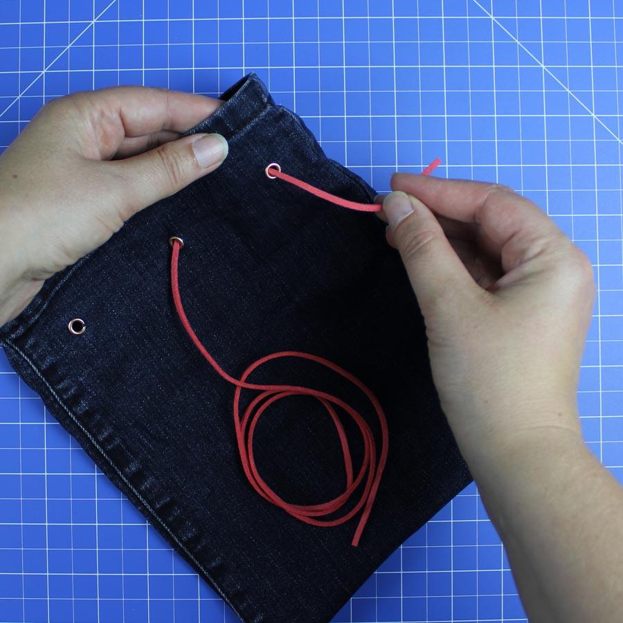 Jeans Upcycling: Spielzeugbeutel nähen - Schritt 6: Kunstlederband einfädeln