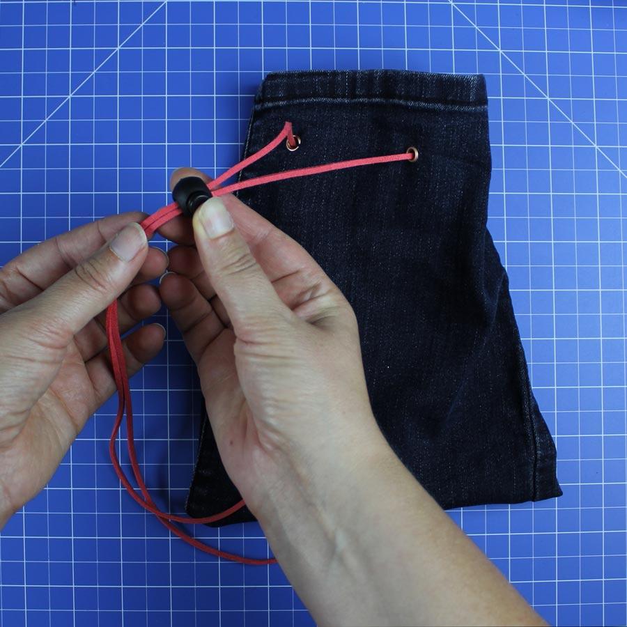Jeans Upcycling: Spielzeugbeutel nähen - Schritt 7: Kordelstopper aufziehen
