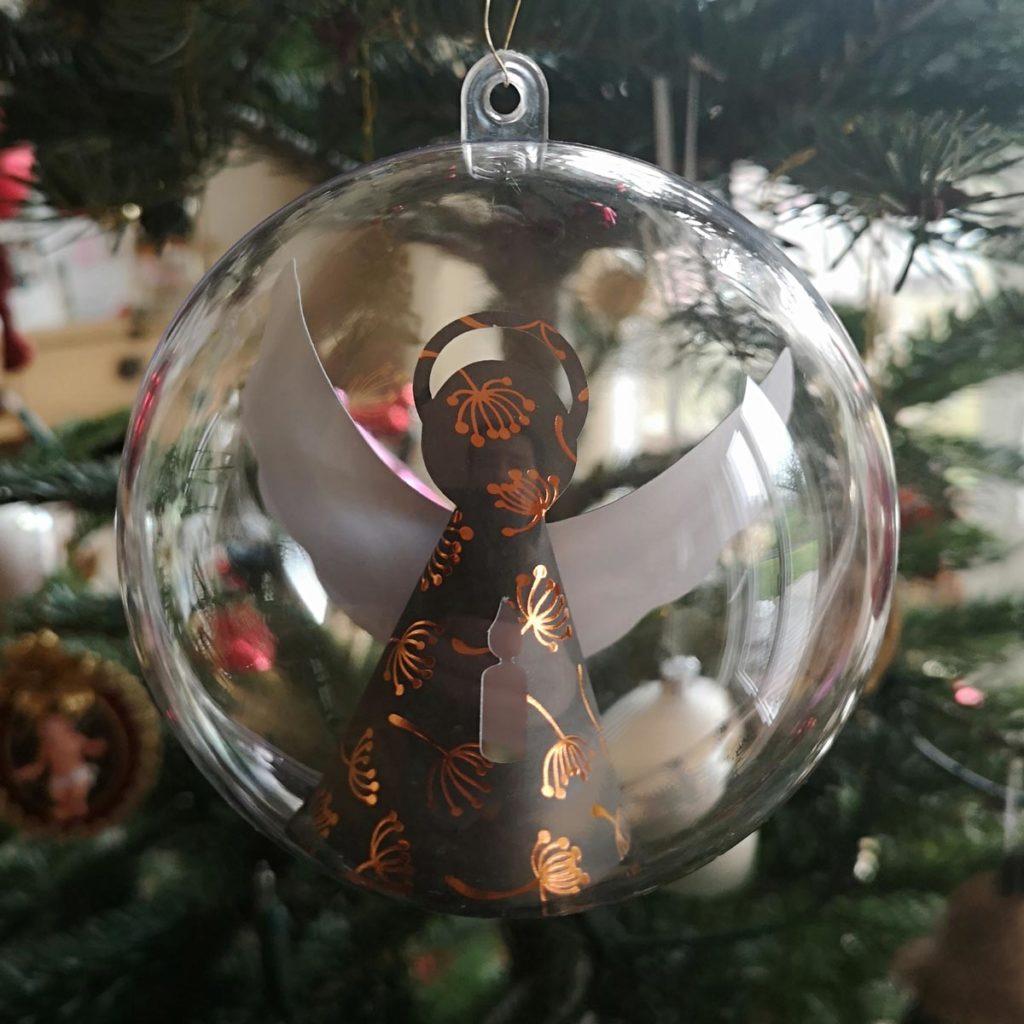 Weihnachtsbaumschmuck - geplottete Engel in Kunststoffkugel
