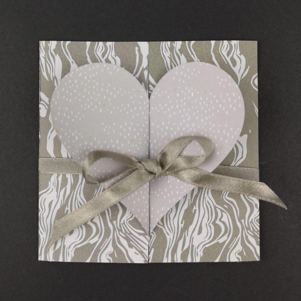 Schlichte Hochzeitskarte mit gefaltetem Herz