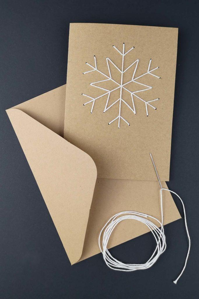 Plotterfreebie und Bastelvorlage für bestickte Weihnachtskarte mit Schneeflocke und Stern