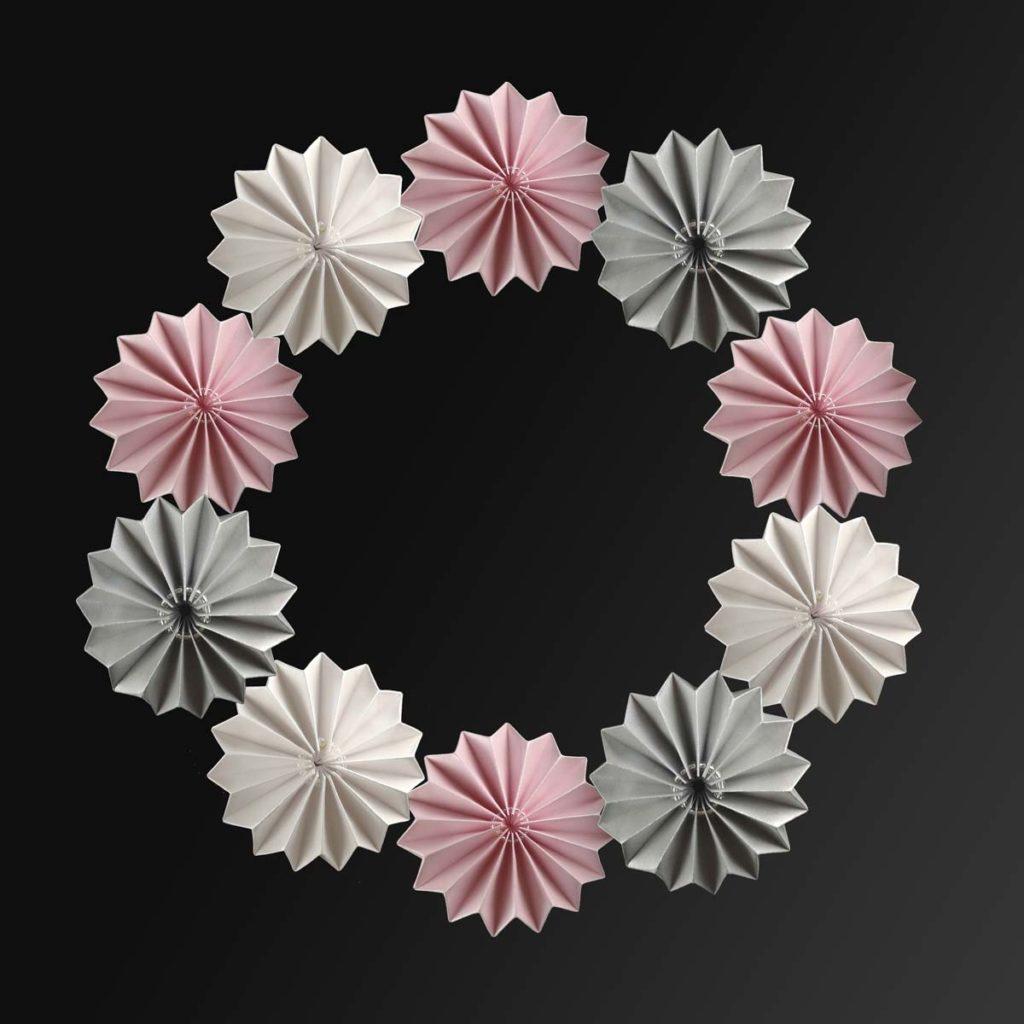 Plissee-Blüten als Türkranz (Bastelvorlage & Plotterfreebie)